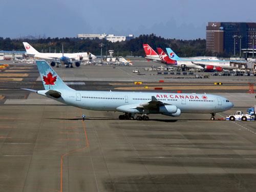 青い塗装の AIR CANADA